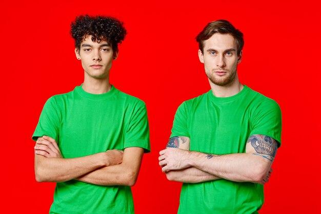 나란히 녹색 티셔츠에 두 친구