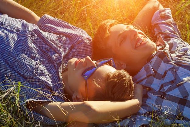 2人の友人が芝生に寝転んで