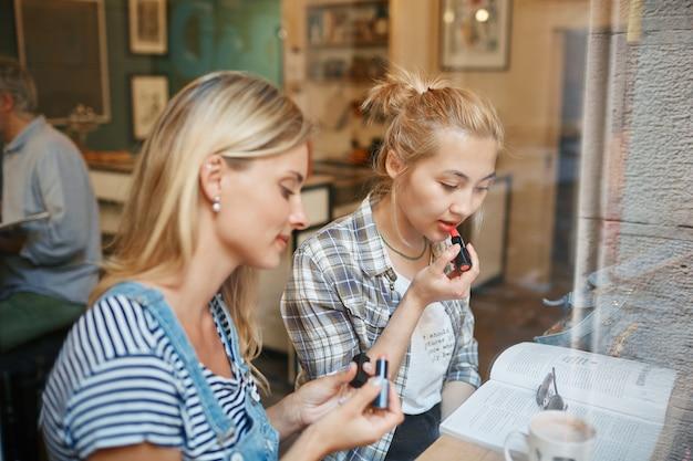 Due amici seduti all'interno del caffè