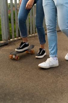 一緒に街でスケートボードを使って時間を過ごす2人の友人