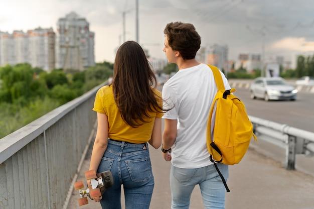 一緒に街で過ごす2人の友人