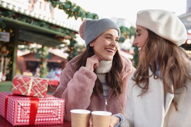クリスマスマーケットで時間を過ごす2人の友人