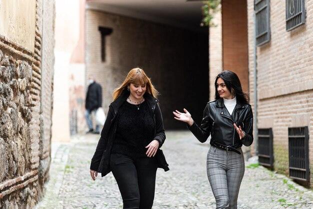 옛 도시를 산책하는 두 친구.