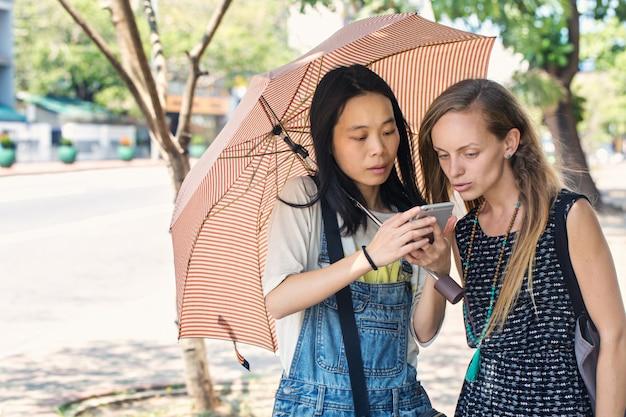 Двое друзей изучают карту в навигаторе