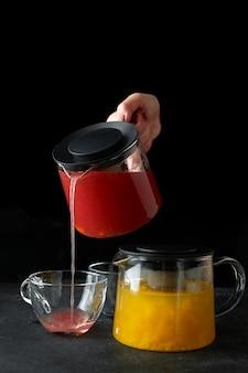 Два фруктовых чая, желтый и красный на черном