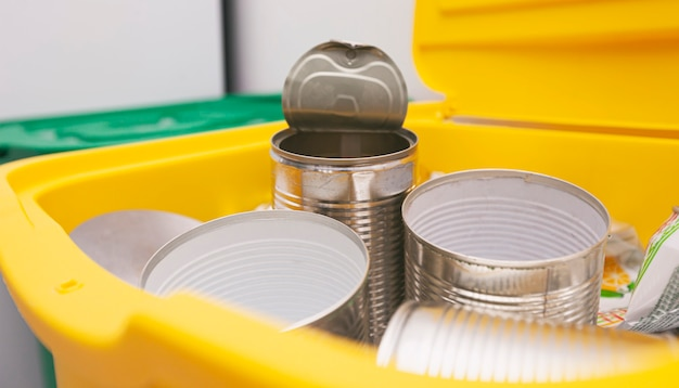 쓰레기 분류를위한 2 개의 가득 찬 쓰레기통. 플라스틱 및 캔용