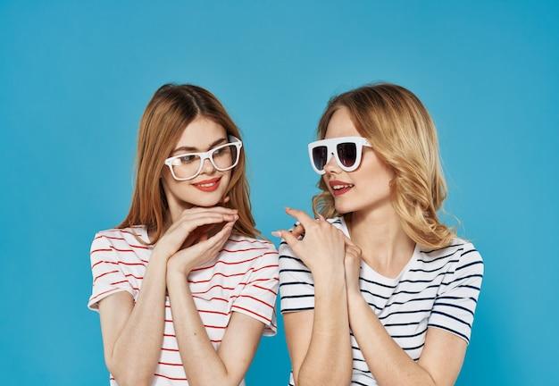 안경 패션 라이프 스타일 커뮤니케이션 스트라이프 티셔츠에 두 재미 자매