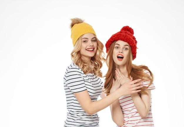 2人の面白い女性のファッション服楽しいスタジオ明るい背景