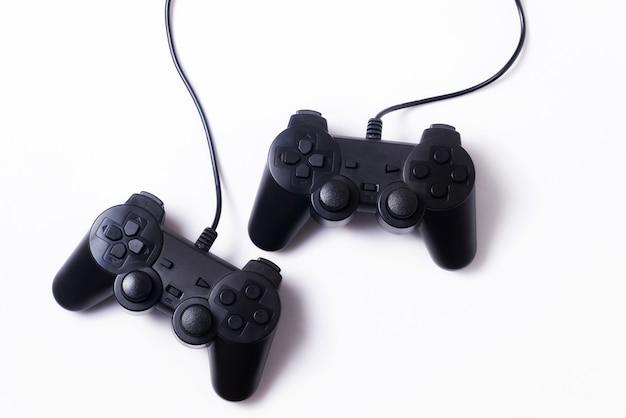 흰색 배경, 게임 엔터테인먼트 개념에 두 개의 게임 조이스틱