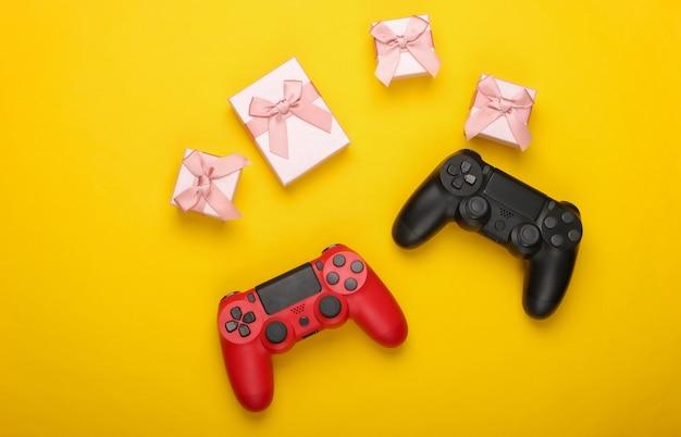 노란색에 두 개의 게임 패드와 선물 상자