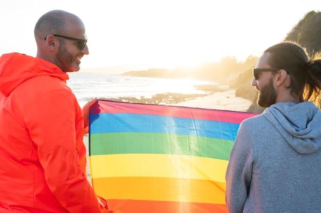 2人のゲイの男性がlgbtフラグを保持します