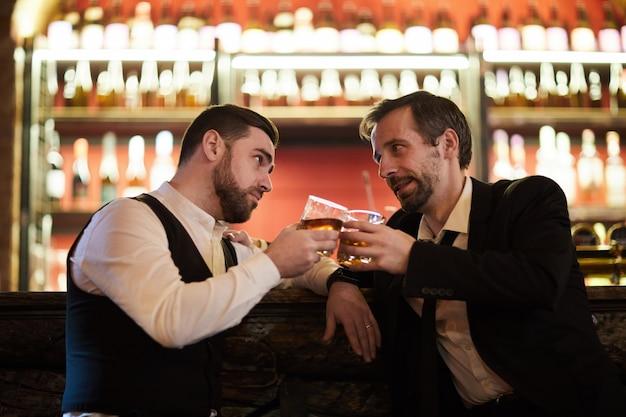 Двое джентльменов пьют алкоголь