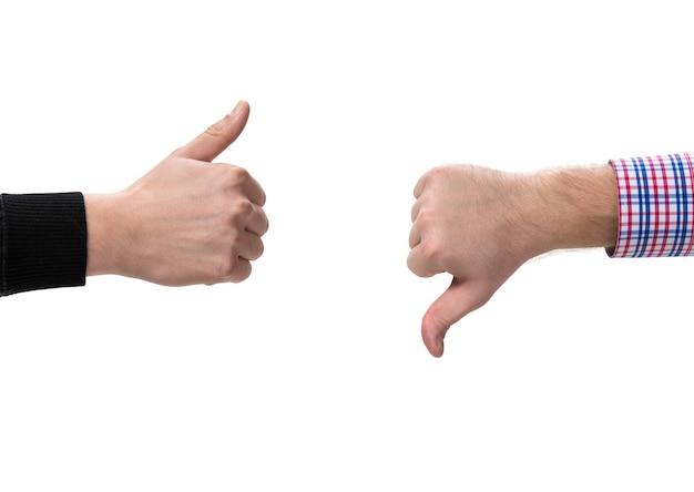 Две жестикулирующие руки с большими пальцами вверх и вниз