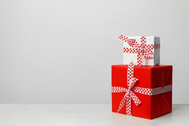 Две подарочные коробки на белом фоне. подарок на день святого валентина, день матери и рождество. место для вашего текста. открытка