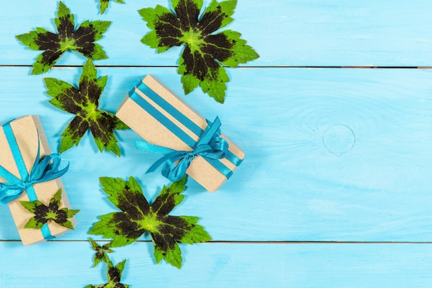 Два подарка на синем деревянном фоне.