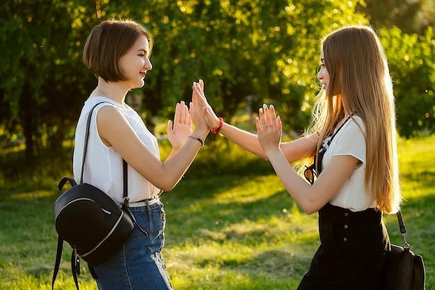 Две подруги встречаются в парке