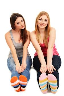 흰색 표면에 고립 된 미소 두 여자 친구