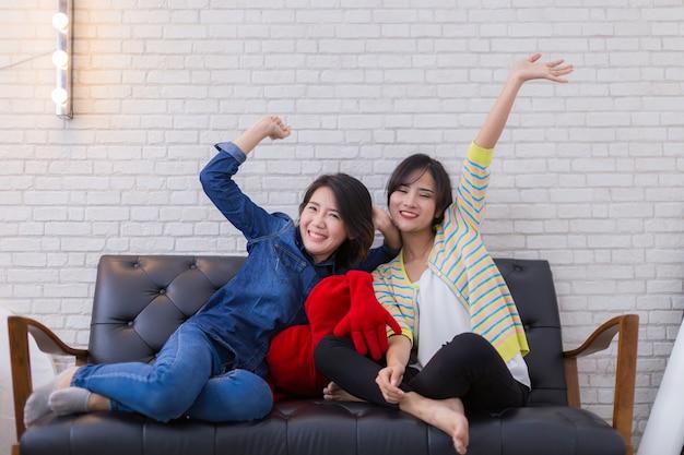 두 여자 친구 우정 재미 있고 집에서 소파에서 함께 휴식