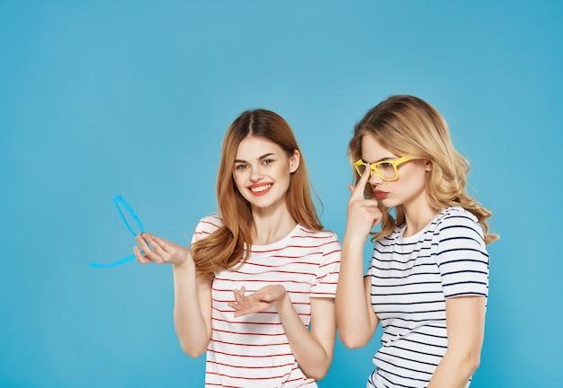 ストライプのtシャツで2人のガールフレンドファッショナブルなメガネ夏の友情