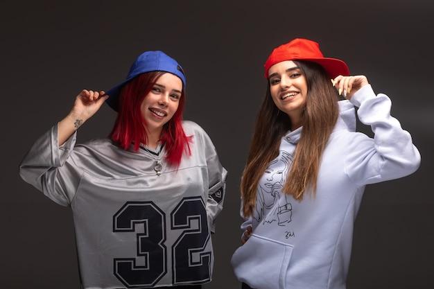 Due amiche in abiti sportivi divertendosi.