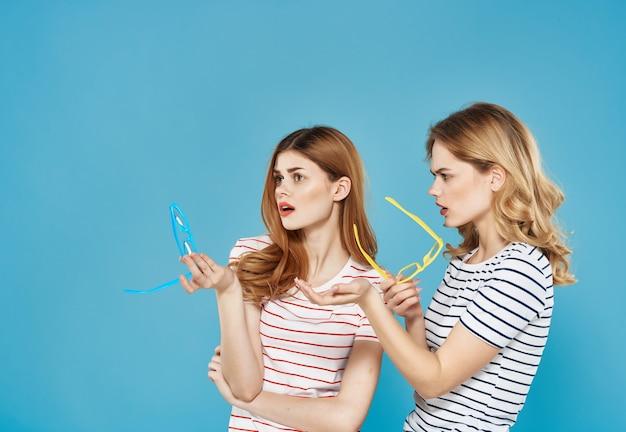 2人のガールフレンドが並んで立っている夏服ファッション一緒に友情