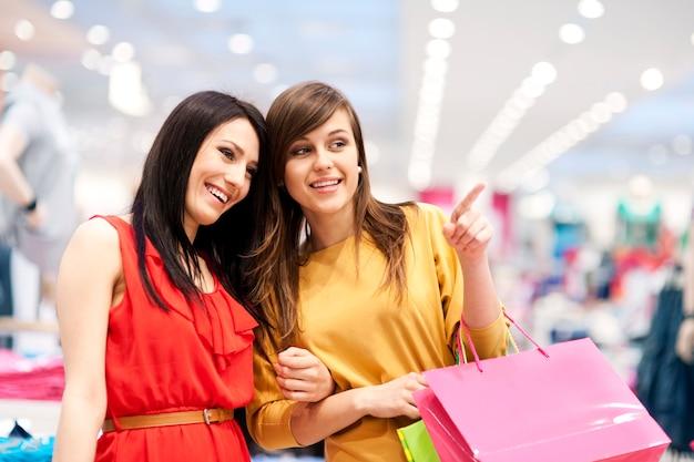 Due amiche con le borse della spesa