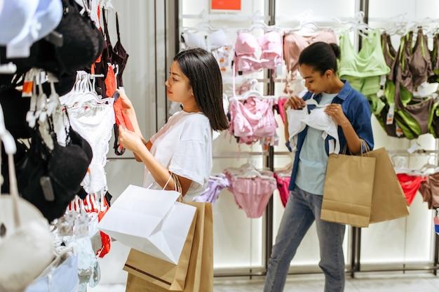 衣料品店でランジェリーを選ぶ2人の女の子
