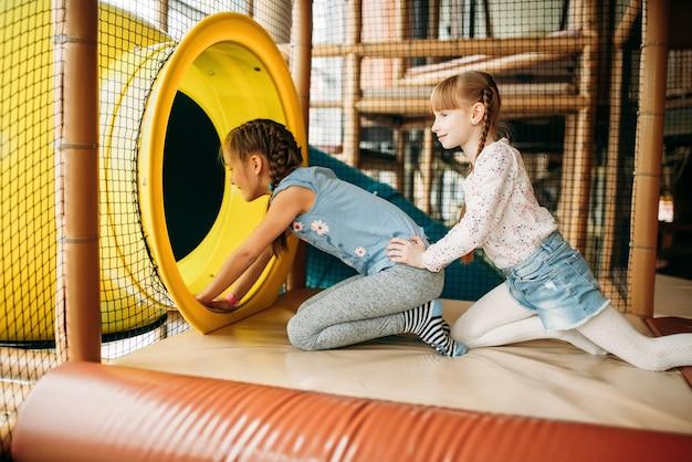 迷路を登る二人の女の子、子供用ゲームセンター