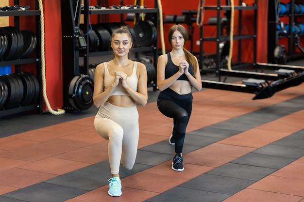 クロスフィットをしている2人の女の子