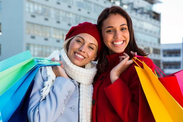 外で買い物をしている二人の女の子