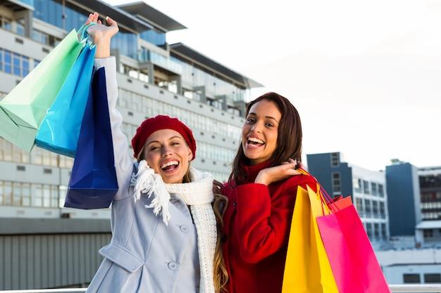 外で買い物をしている二人の女の子 Premium写真