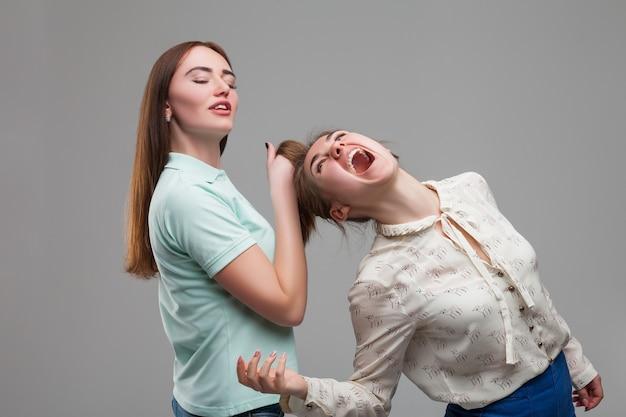 戦う二人の少女、女性の喧嘩
