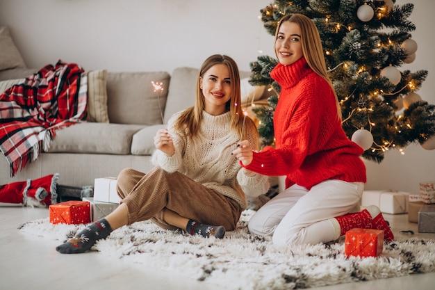 Due amici di ragazze che celebrano il natale