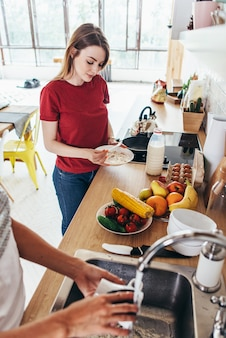아침 식사를 준비하는 두 여자 친구와 부엌 개념 요리, 요리, 건강한 라이프 스타일