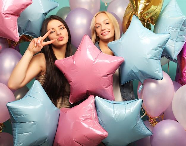 다채로운 공기 풍선 두 여자 친구