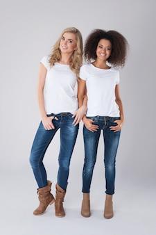 異なる国からの2人の女の子