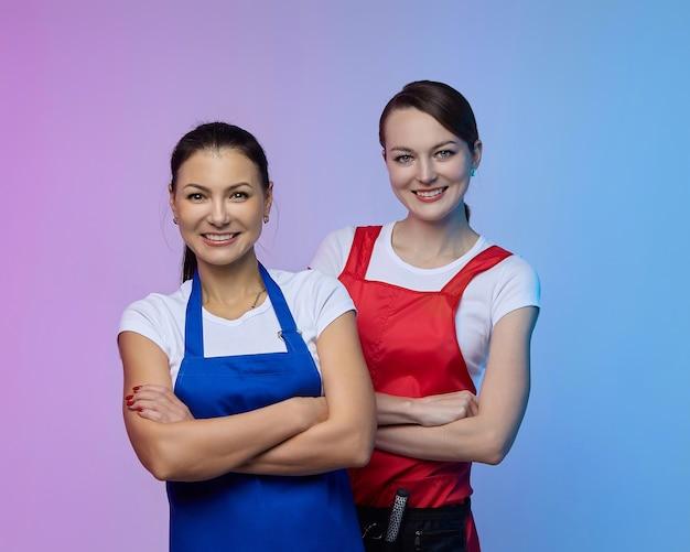 스튜디오에서 두 여자 미용사. 아시아와 백인의 모습.