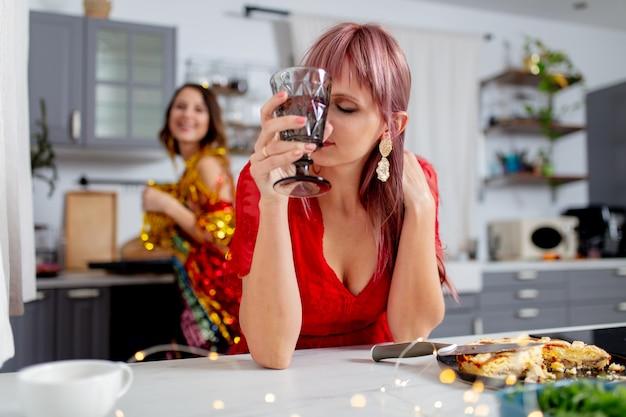 パーティーの後、キッチンで楽しい2人の女の子