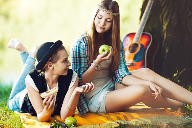 公園でピクニックをしている2人の女の子