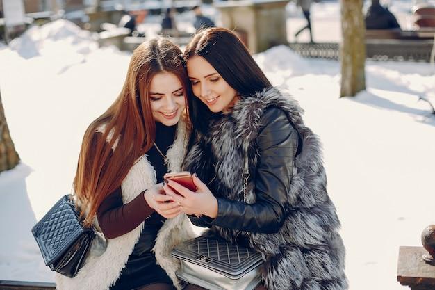 Две девушки в городе