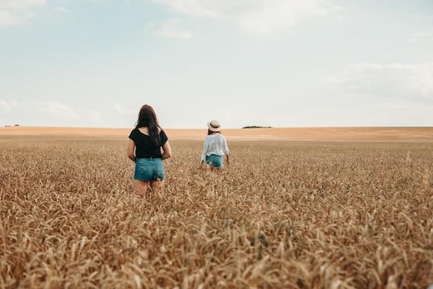 밀밭에서 두 여자는 거리를 들여다