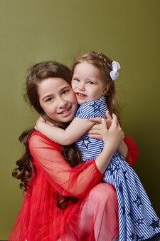 올리브색 배경에 밝은 봄 옷을 입은 두 소녀