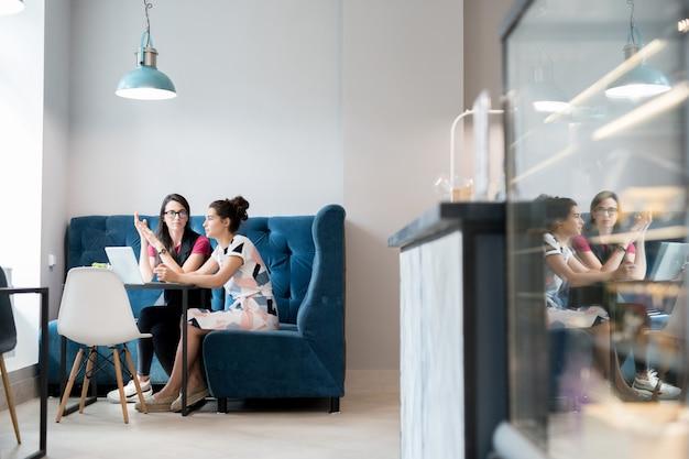 Две девушки в кафе