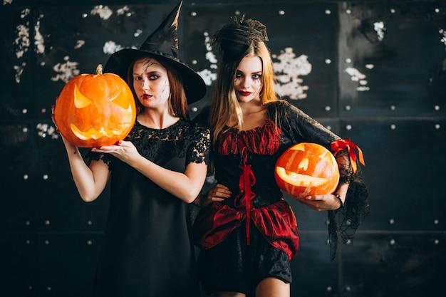 Две девушки в костюмах хэллоуина