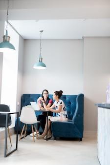 Две девушки в современном кафе