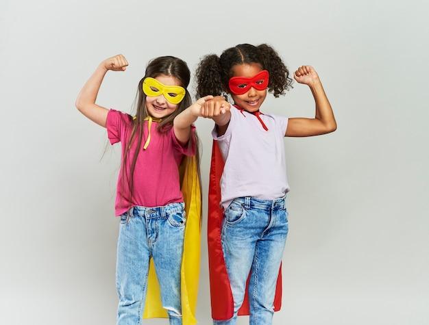 Две девушки в костюме супергероя
