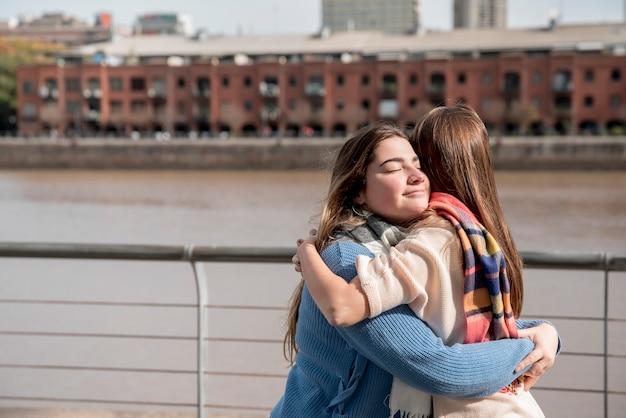 Две девушки в городской среде