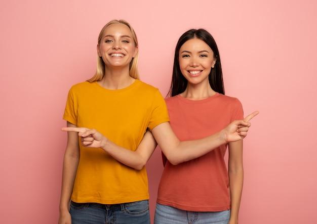 Две девушки на что-то указывают