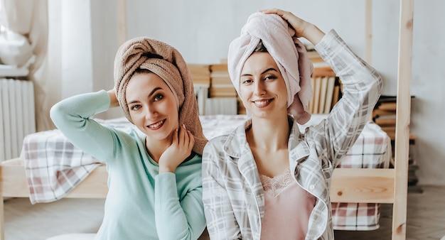 Две девушки делают домашние косметические маски для лица и волос