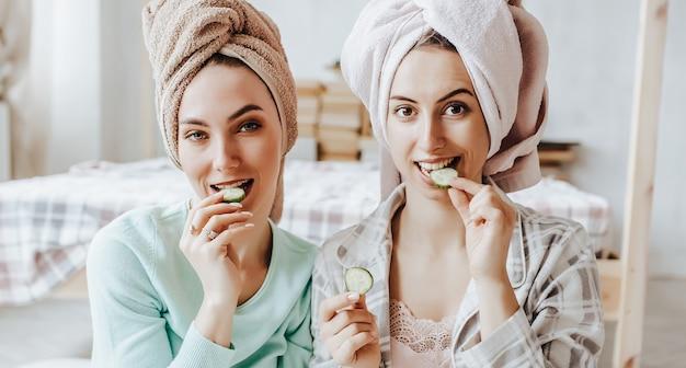 2人の女の子が自家製の顔と髪の美容マスクを作ります